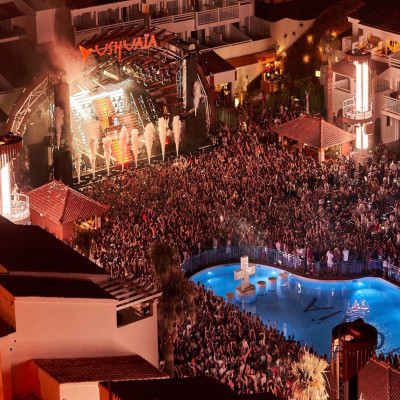 Bottle package in Up Ibiza Sky Society - Ushuaïa Rooftop  with viees to the stage